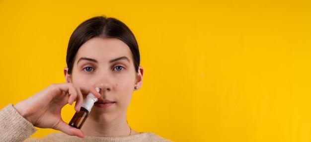 닫기 사진 아름 다운 놀라운 그녀 그녀 레이디 부드러운 따뜻한 스카프 목 질병 고통보기 떨어지는 코 스프레이