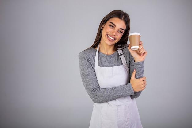 Крупным планом фото красивая удивительная леди официантка владелец кафетерия держаться за руки оружие бумажные стаканчики