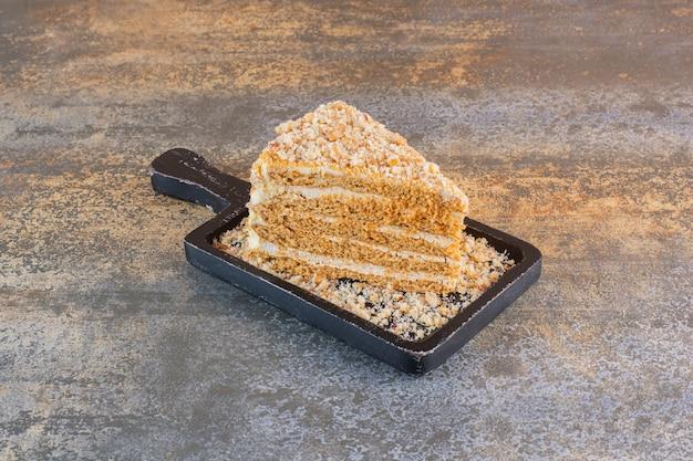 Close up foto della fetta di torta sulla tavola di legno su rustico
