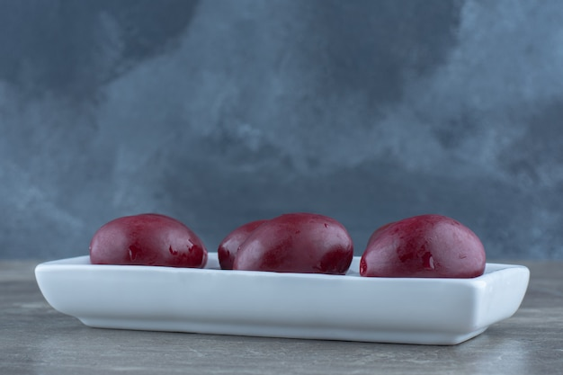 Chiuda sulla foto della verdura in scatola sul piatto.