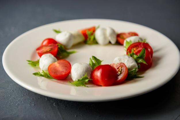 Foto del primo piano di insalata caprese con la mozzarella e il pomodoro
