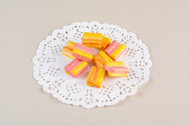 Primo piano foto di gomme colorate su crema.