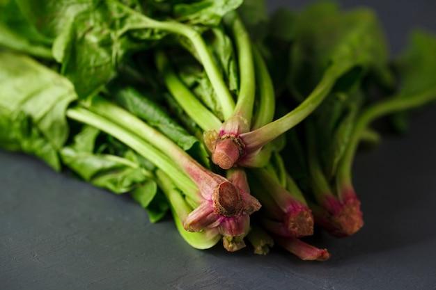 Foto del primo piano delle radici tagliate degli spinaci
