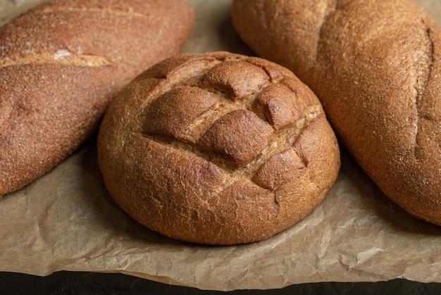 Close up foto di diverse pagnotte di pane