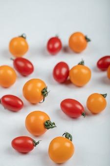 Close up foto di pomodorini freschi su sfondo bianco. foto di alta qualità
