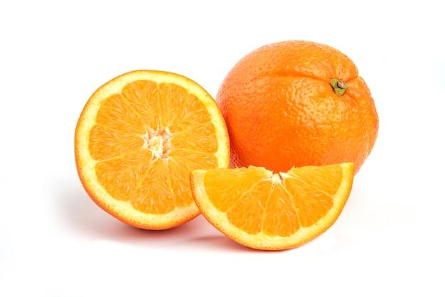 Foto ravvicinata di un'arancia fresca e succosa isolata