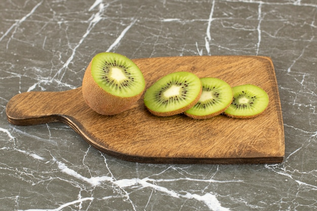 Close up photo of half cut or sliced kiwis.