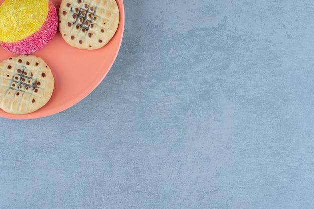 사진을 닫습니다. 각도에서 접시의 절반입니다. 수제 쿠키.