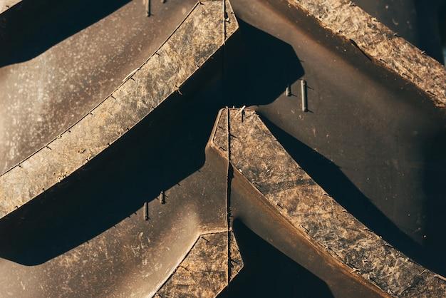 Крупным планом фото большой резиновой шины в солнечном свете.