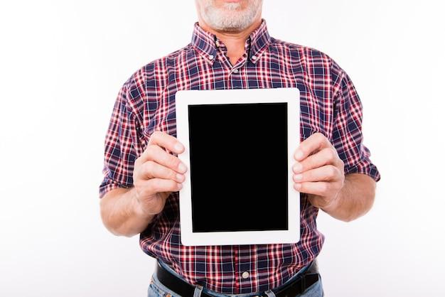 タブレットの黒い画面を示す老人の写真を閉じる