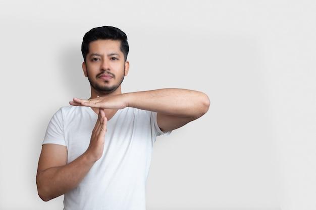 Крупным планом фото удивительного молодого возраста рука ладонь рука поднятый воздушный тайм-аут спортивный символ, вы не пройдете через выражение лица