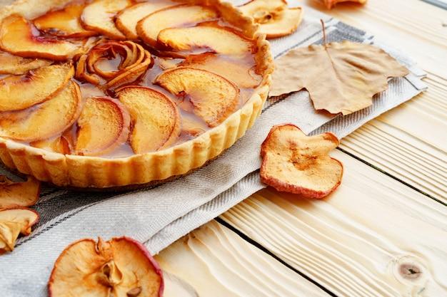 Крупным планом фото яблочный пирог на деревянном столе