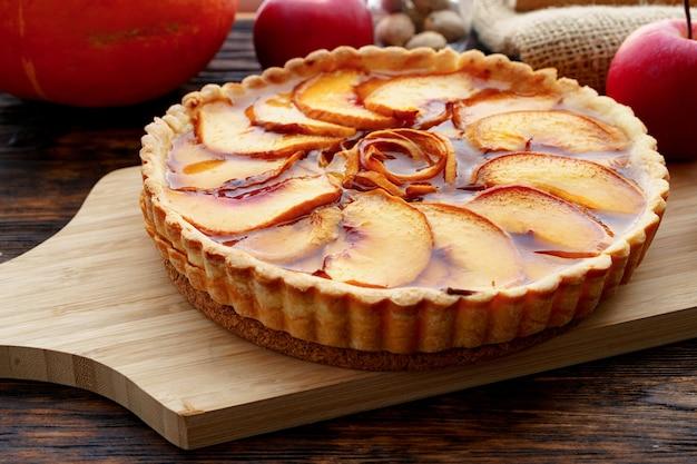 木製のテーブルの上のリンゴのタルトパイの写真を閉じる