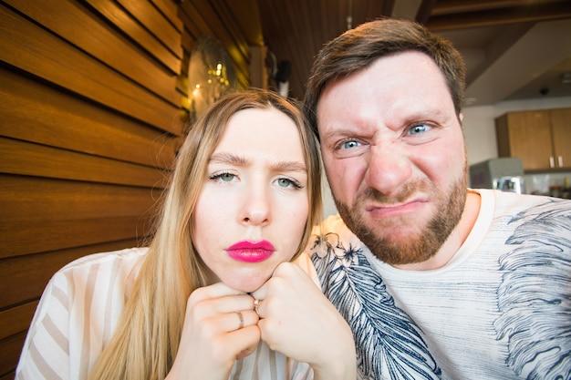 화난 남자와 여자의 클로즈업 사진