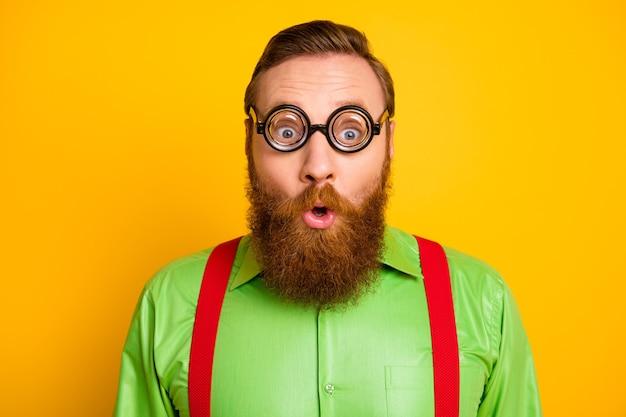 Крупным планом фото изумленного бородатого мужчины в модных очках выглядит чудо, не могу поверить, что новинка носит стильную одежду, изолированную от яркого цвета