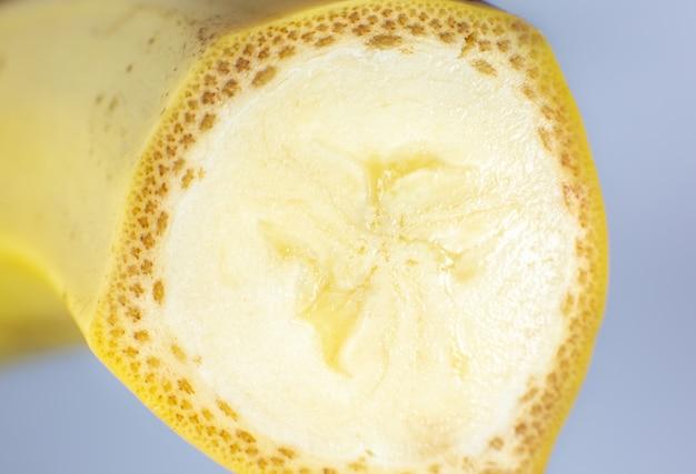 Крупным планом фото банана на белом фоне. плоды бананов разрезать пополам, вид макроса.
