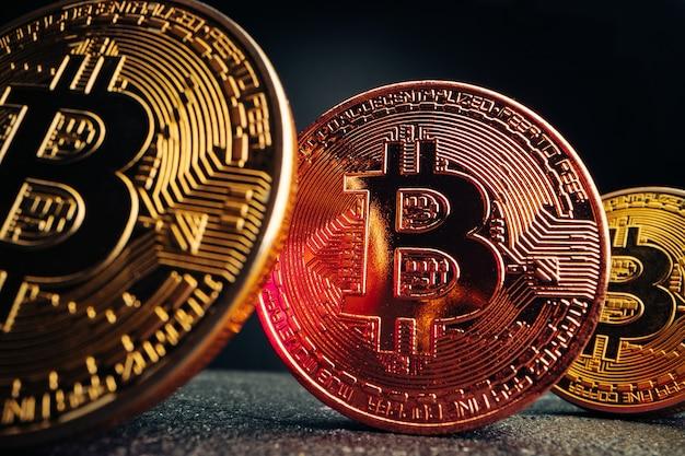 Крупным планом фото биткойн криптовалюты в темноте
