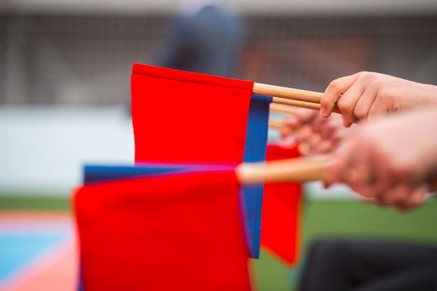 武道のスコアの概念の青と赤の旗の写真を閉じる