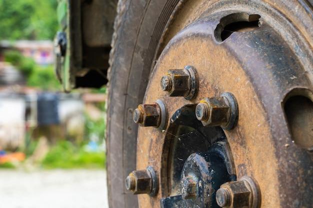 버스 또는 트럭 앞바퀴의 사진을 닫습니다. 교통 개념, 재고 사진.