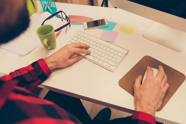 Крупным планом фото бизнесмена, работающего и печатающего на клавиатуре в офисе