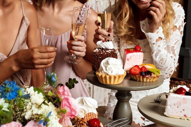 Крупным планом фото тортов и девушек на вечеринке.