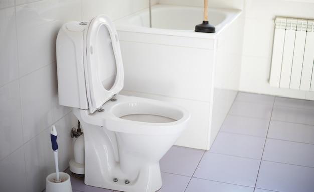 白い家庭用バスルームのセラミックボウルトイレのクローズアップ写真