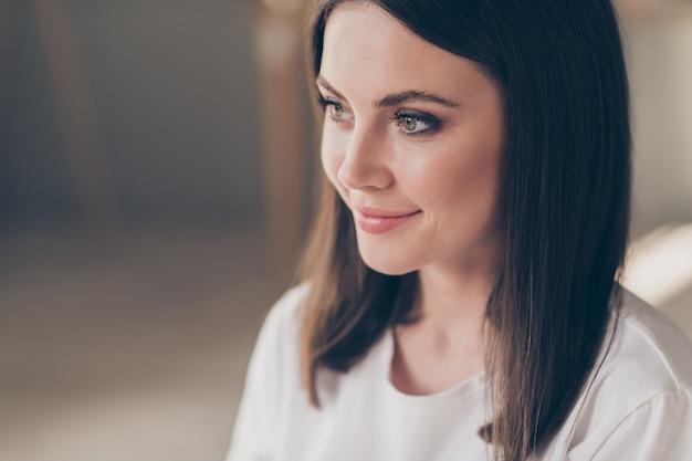 魅力的なかわいい女の子のクローズアップ写真は、家のアパートでカジュアルなスタイルの服を着てポジティブな空のスペースを見てください