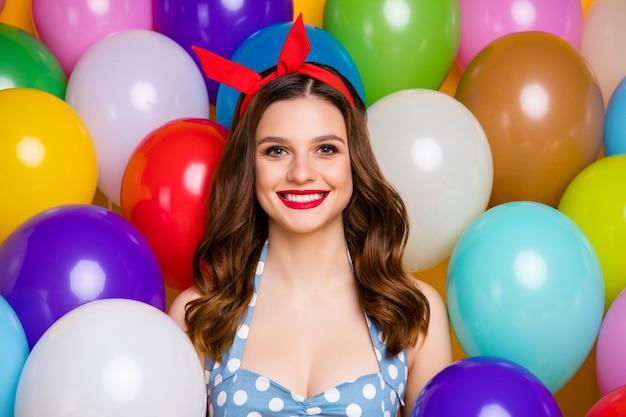 Крупным планом фото веселой элегантной девушки носить модное платье на фоне воздушных шаров