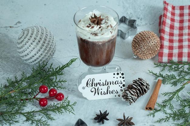 白地に松のブレーンとチョコレートアイスクリームの写真をクローズアップ。