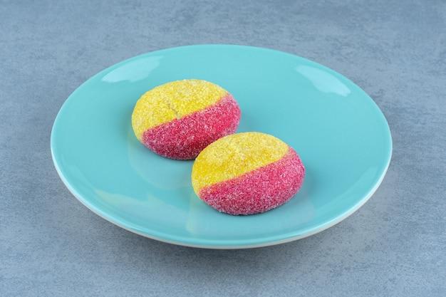 プレート上の桃の形のクッキーの写真をクローズアップ。