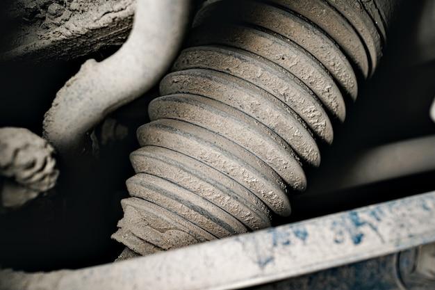 Крупным планом фото части двигателя грязного автомобиля