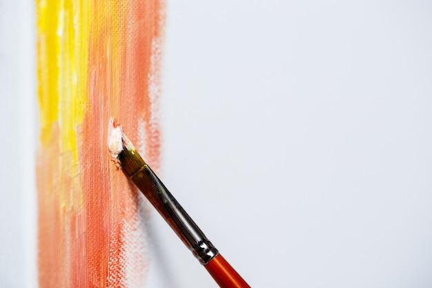 キャンバスに油絵の具で描く写真のクローズアップ