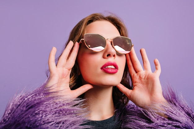 Крупным планом фото очаровательной молодой женщины с модным макияжем смотрит с изумлением