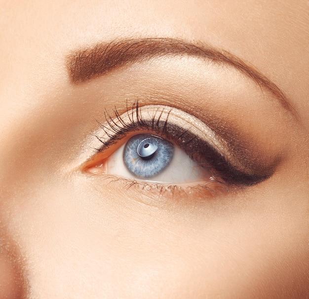 여성 파란 눈의 사진 닫기