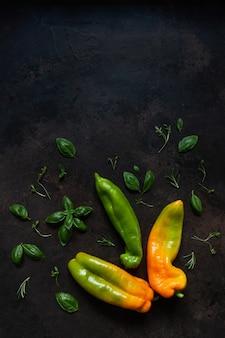 新鮮な農場の有機野菜と緑のクローズアップ写真。暗いコンクリートの背景の上面図