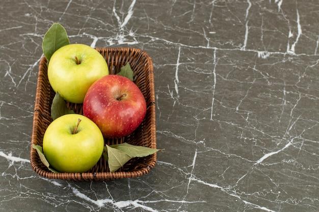 新鮮な有機リンゴの写真をクローズアップ。