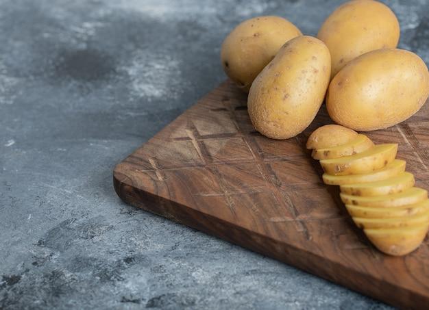 신선한 유기농 감자의 사진을 닫습니다. 고품질 사진