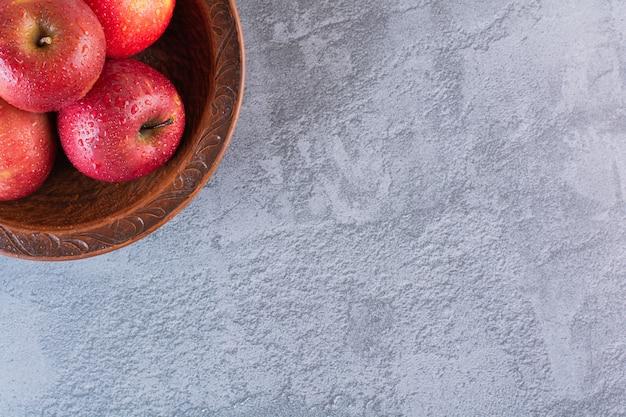 ボウルに新鮮な有機赤いリンゴの写真をクローズアップ。