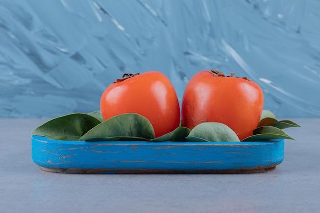 新鮮な柿の写真をクローズアップ。季節の果物