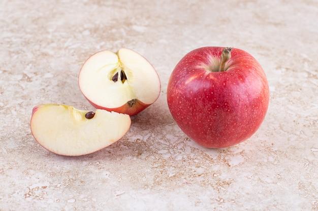 크림 표면에 신선한 빨간 사과 사진을 닫습니다.