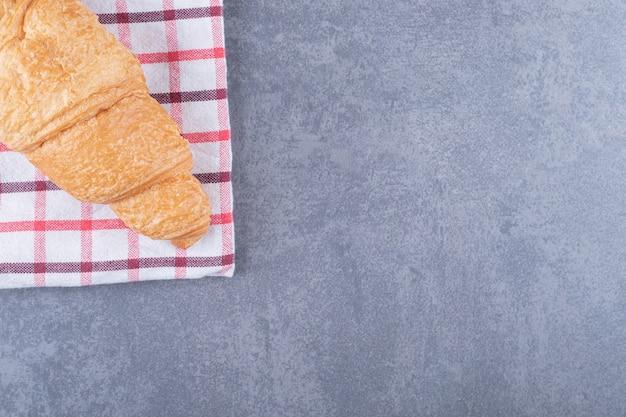 焼きたてのおいしいクロワッサンのクローズアップ写真