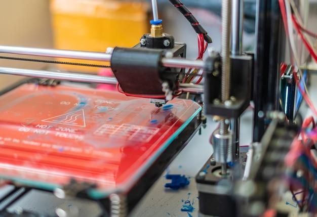 미래의 3d 프린터의 사진을 닫습니다. 마이크로 및 나노 전자