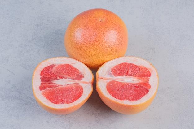 ハーフカットとグレープフルーツ全体の写真をクローズアップ。