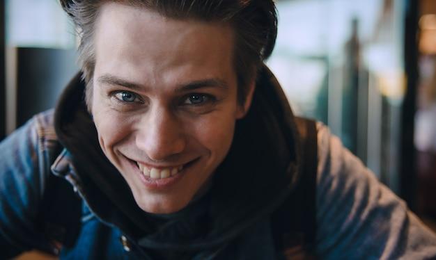보고 하 고 행복 한 쾌활 한 표정으로 카메라에 웃 고 잘 생긴 백인 남자의 사진을 닫습니다.