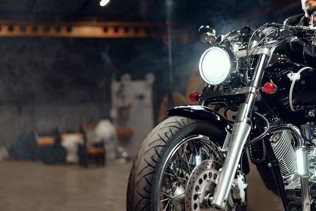 Крупным планом фото части мотоцикла высокой мощности