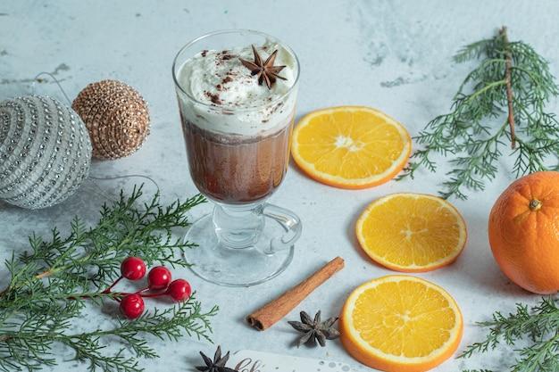 アイスクリームとオレンジスライスと自家製のクリスマスクッキーのクローズアップ写真。