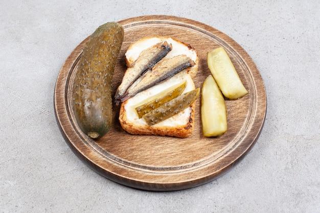 피클으로 만든 생선 샌드위치의 사진을 닫습니다