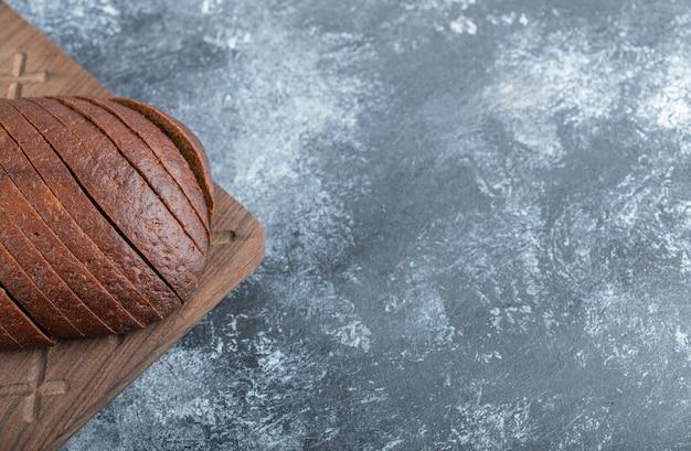 自家製オーガニックパンパーニッケルライ麦パンのクローズアップ写真。高品質の写真