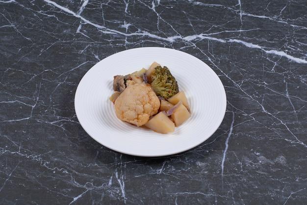 白い皿にマリネした野菜の写真をクローズアップ。
