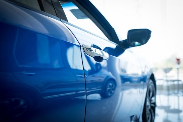 新しい青い車のドアの写真を閉じます。レンタカーのコンセプト。、ショールームに駐車した新車の販売。